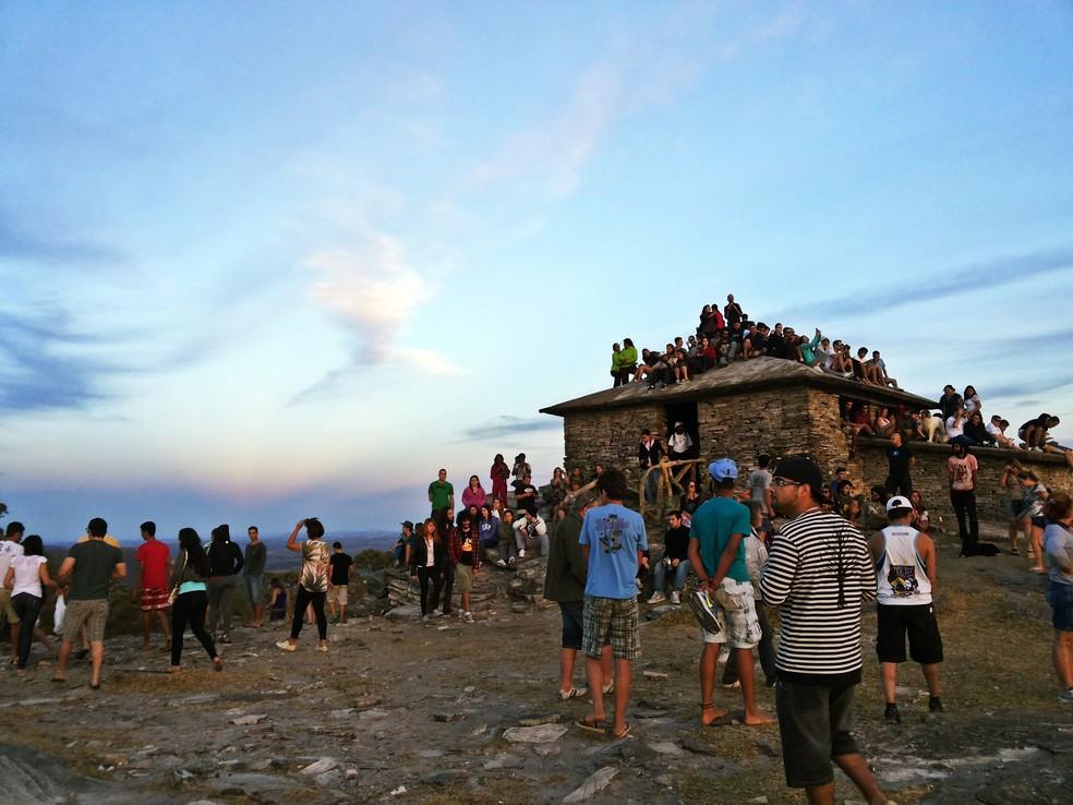 Casa da Pirâmide é muito visitada por turistas que acompanham o anoitecer em São Tomé das Letras (MG) (Foto: Régis Melo/G1)