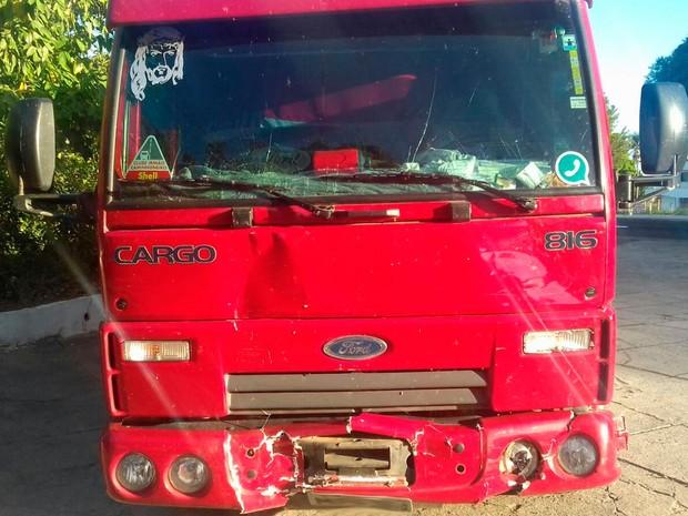 Caminhão bateu em ambulância nesta quinta-feira (Foto: Divulgação/PRF)
