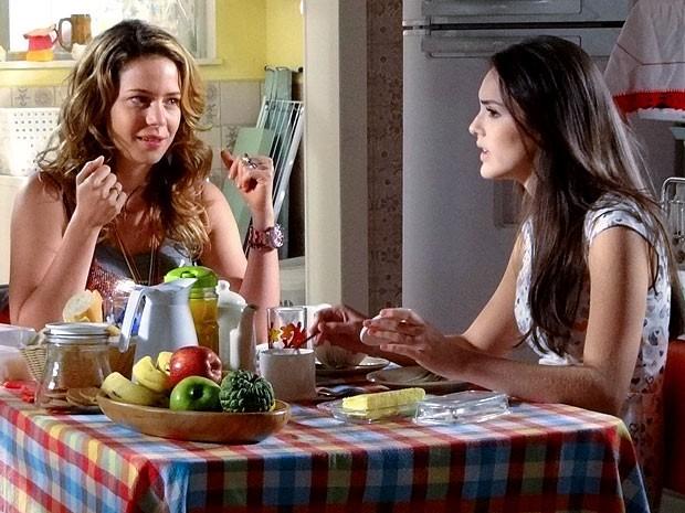Ouve a amiga, Cida! Rosário aconselha a amiga a abrir os olhos para Elano (Foto: Cheias de Charme / TV Globo)