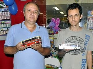 Carlos e Lucas Cardoso com os ônibus de ferro da família (Foto: Luciano Calafiori/G1)