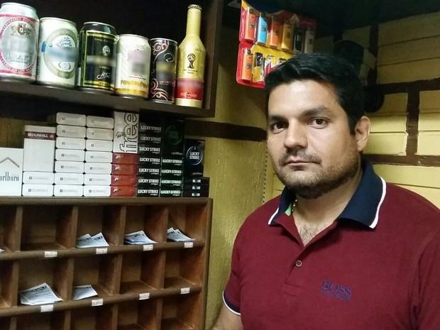 O empresário Silvio Jorge pretende parar de vender cigarros após lei antifumo (Foto: Luiza Vieira/Arquivo Pessoal)