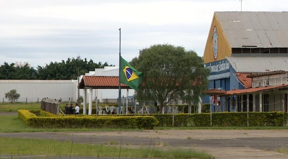 Bandeira do Brasil ficou hasteada a meio mastro nos Amarais após acidente (Foto: Reprodução / EPTV)
