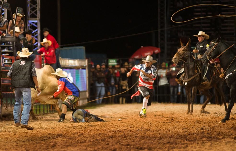 Salva-vidas afastam o touro para competidor receber ajuda médica na arena do Ribeirão Rodeo Music 2017 (Foto: Érico Andrade/G1)