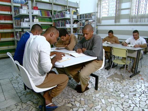 Detentos em projeto de leitura na penitenciária de Hortolândia (SP) (Foto: Reprodução/ EPTV)
