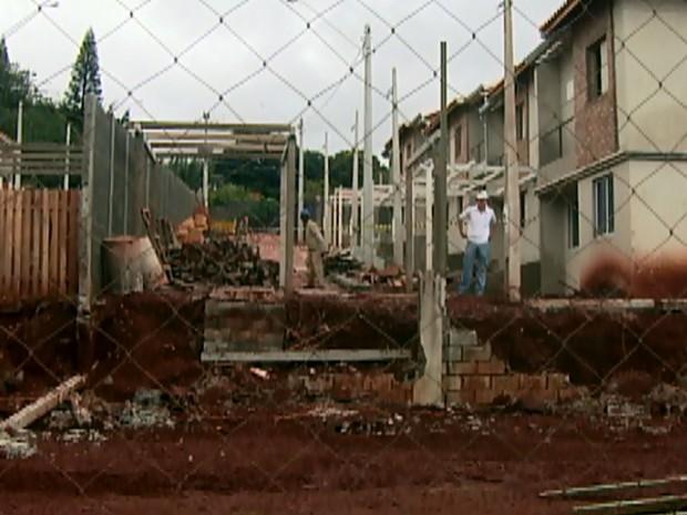 Chuva forte derruba muro em condomínio de Campinas em 2009 (Foto: Reprodução EPTV)