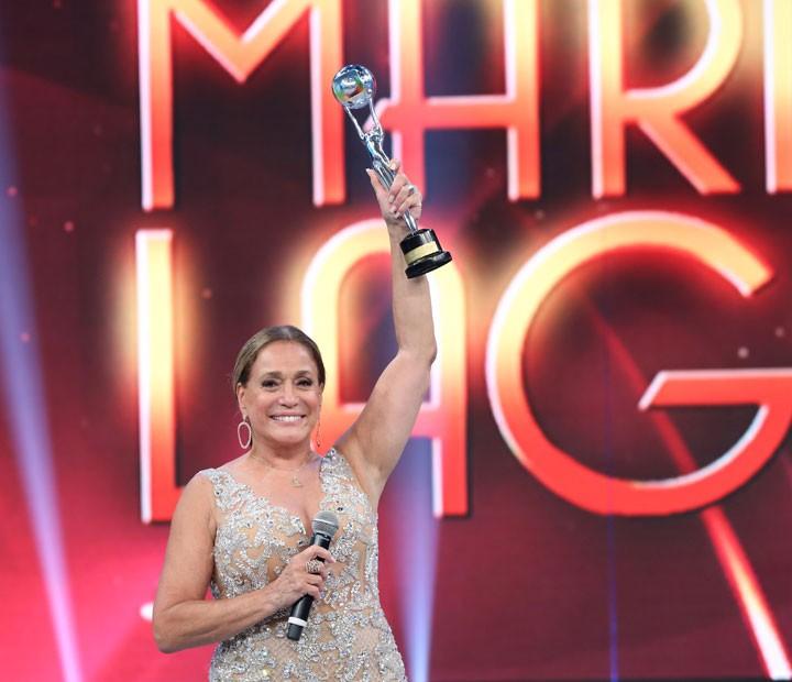 Susa Vieira recebe Troféu Mario Lago no palco do Domingão (Foto: Carol Caminha/Gshow)
