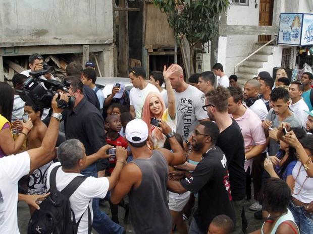 A cantora Lady Gaga é recebida por moradores na chegada ao Morro do Cantagalo, nem Ipanema, na Zona Sul do Rio (Foto: Delson Silva/AgNews)