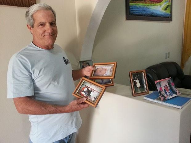 Pedro Gontijo Neto com seus retratos em Divinópolis, MG (Foto: Marina Alves/G1)