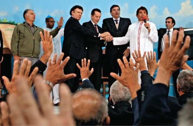 AGENDA  Celso Russomanno (o quarto da esquerda para a direita) participa de missa em São Paulo no dia 8 de agosto. Horas antes, ele enfrentava um processo trabalhista  na capital paulista  (Foto: Ernesto Rodrigues/AE)