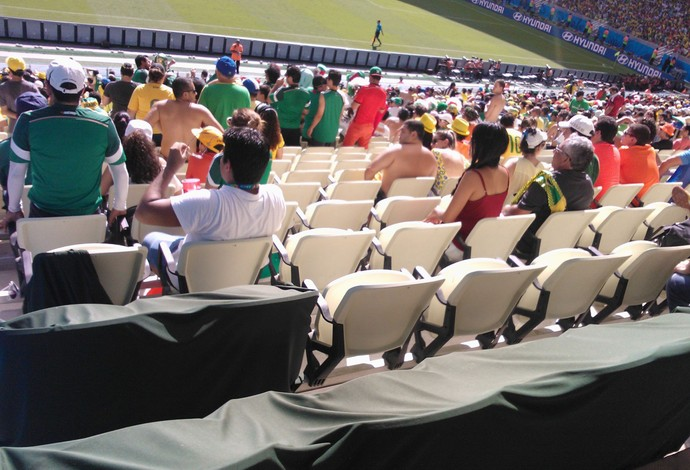 It was so hot at Holland Mexico in Fortaleza that fans left the stands to watch on TV [Pictures]