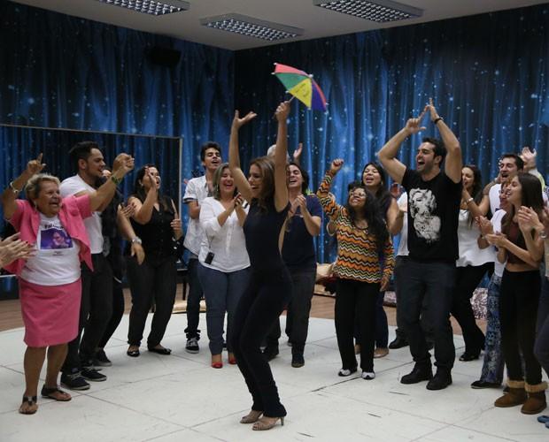 Paloma Bernardi comemora surpresa ao lado da família e amigos (Foto: Carol Caminha/ Gshow)
