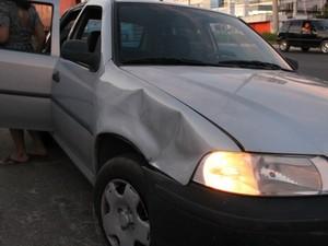 Carro atingido pela roda do caminhão-baú em Manaus (Foto: Marcos Dantas/G1 AM)