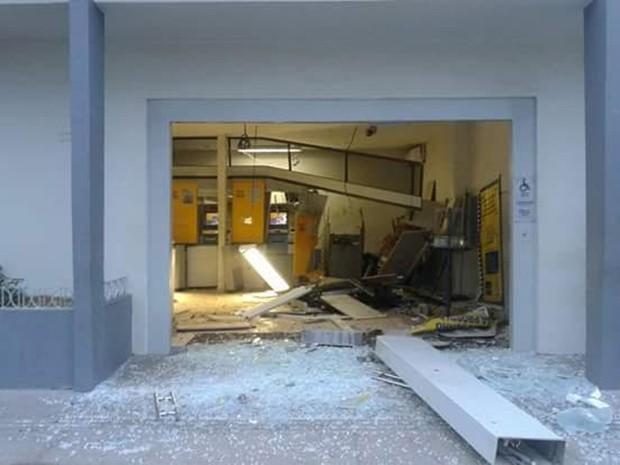 Bandidos explodem agência bancária em Bacuri, MA (Foto: Divulgação/ Márcio Roberto)