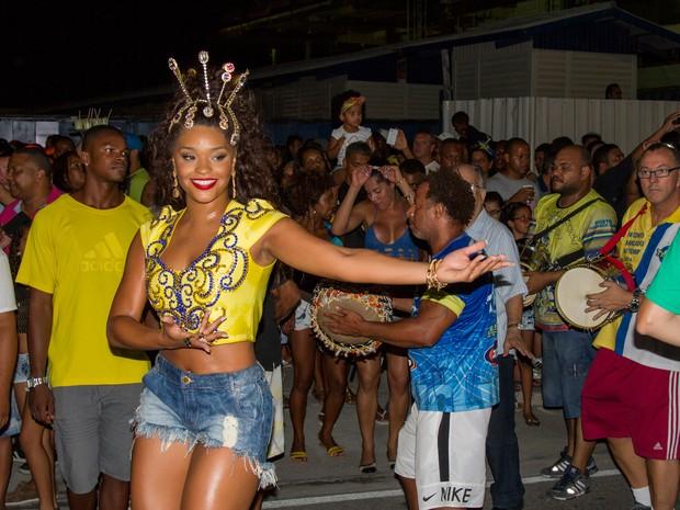 Juliana Alves em ensaio de rua da Unidos da Tijuca na Zona Norte do Rio (Foto: Bruno Mello/ Divulgação)