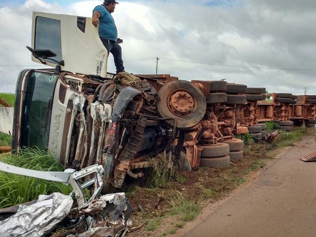 Carreta acabou tombando após colisão com Golf na BR-010 no MA (Foto: Divulgação )
