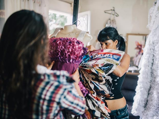 A estilista Lua Guirra, que cria vestidos de festas a partir de itens que iriam para o lixo em Brasília (Foto: Rodrigo Rodrigues/Divulgação)