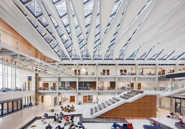 Fachada envidraçada geométrica marca edifício nos EUA (Foto: Divulgação)