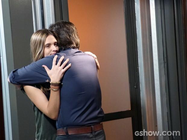 Lili diz para LC que aceita roubar o pingente de William (Foto: Além do Horizonte/TV Globo)