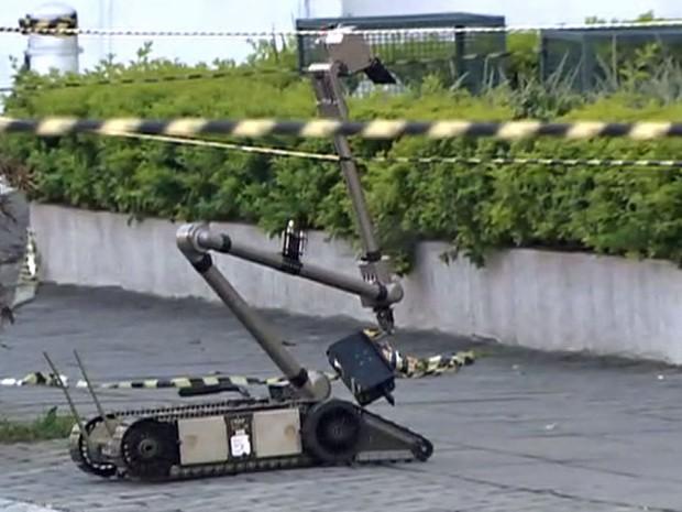 Robõ do Esquadrão antibomba foi acionado para pegar o artefato (Foto: TV Globo/Reprodução)