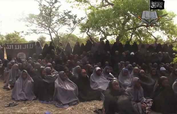 Reprodução de vídeo feito pelo grupo terrorista Boko Haram mostra mais de 100 meninas que, segundo o grupo, fazem parte das meninas sequestradas em Chibok, norte da Nigéria (Foto: Reprodução/AP)