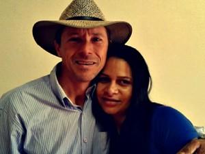 Eraldo Rocha procura pela mãe, com a ajuda da esposa Roseli Dantas (Foto: Roseli Dantas/ Arquivo Pessoal)