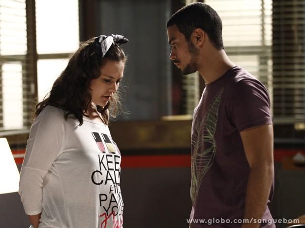 Jonas não consegue ver o rosto e pressiona Socorro para saber que é sabotador (Foto: Inácio Moraes/TV Globo)