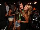 Solteira, Dany Bananinha curte show com amiga no Rio