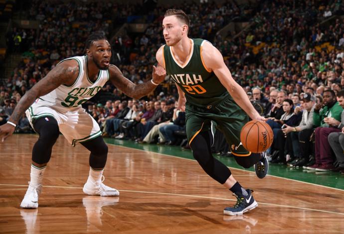 Gordon Hayward encara a marcação de Jae Crowder no duelo entre Celtics e Jazz (Foto: Brian Babineau / NBAE / Getty Images)