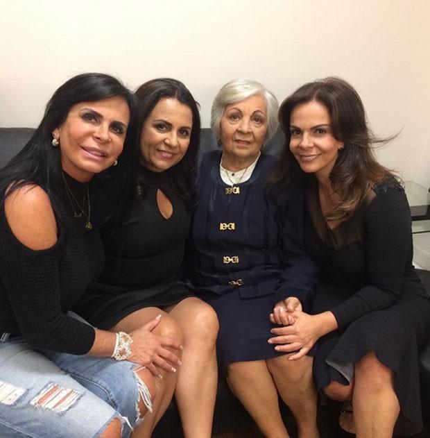 Gretchen com as irmãs, Yara e Sula Miranda, e a mãe, Maria José (Foto: Reprodução)