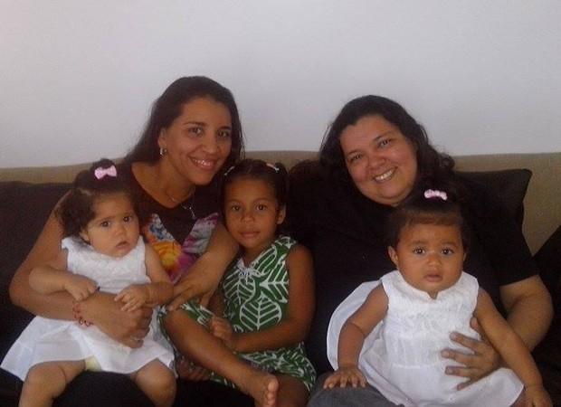 O casal Jully e Monica e as filhas Maria Laura, Maria Clara e Maria Carolina (Foto: Cortesia Monica Azevedo)