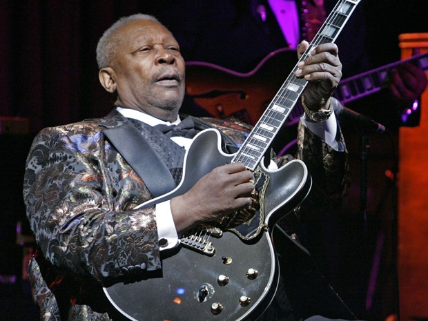 Em foto de abril de 2006, B.B. King completou 10 mil shows e comemorou em clube de Nova York (Foto: AP Photo/Richard Drew, File)