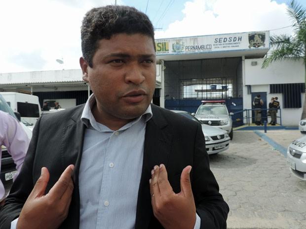 Em visita ao Complexo do Curado, deputado estadual Joel da Harpa (PROS) engrossou o coro de reclamações contra as condições de trabalho da corporação (Foto: Marina Barbosa/G1)