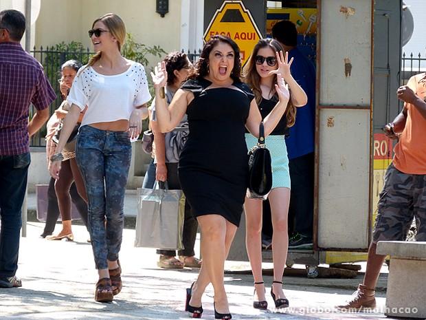 Soraia vai às ruas do Grajaú para exibir seu novo visual (Foto: Malhação / TV Globo)