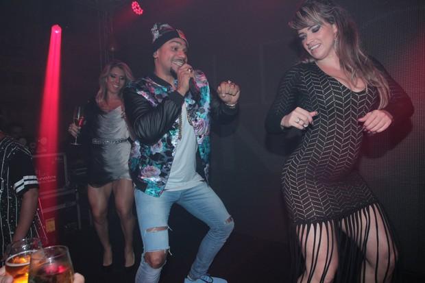 Andréa de Andrade e Fani dança com Naldo em festa na Zona Oeste do Rio (Foto: Marcello Sá Barretto/ Ag. News)