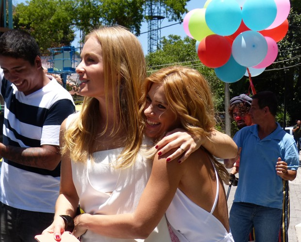 Angélica abraça a amiga que ajudou a preparar a surpresa (Foto: Paula Santos / Gshow)