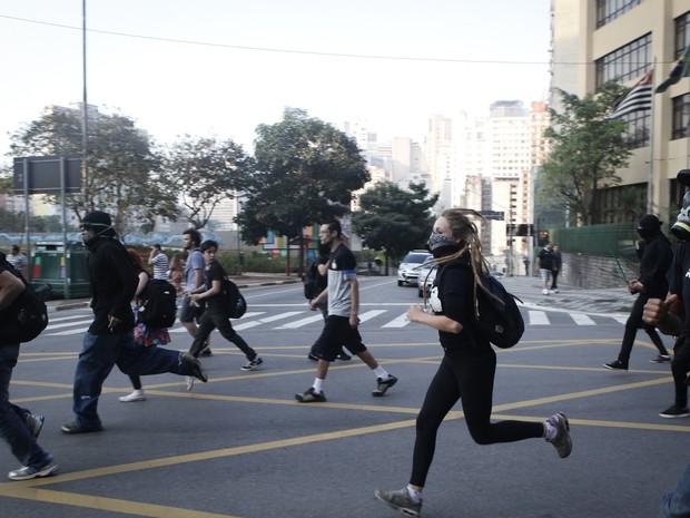 Manifestantes correm durante manifestação no Dia da Independência em São Paulo (Foto: Caio Kenji/ G1)