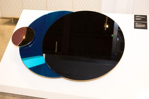Espelho de Loulwa Al Radwan, do Kuwait, que simboliza o eclípse, com detalhes em latão. (Foto: Bruno Simões)
