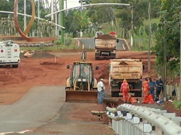 Obras na rodovia faz aumentar o trajeto dos motoristas (Foto: Reprodução / TV Tem)