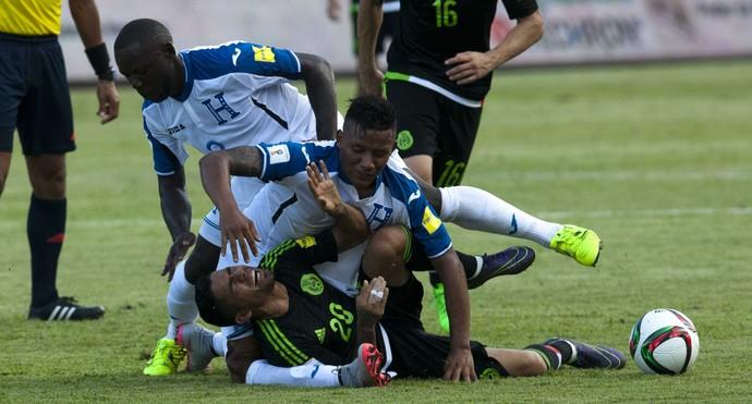 Luis Garrido e Javier Aquino  lesão Honduras x México (Foto: EFE)