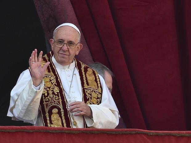 Papa Francisco acena para fiéis durante mensagem de Natal nesta sexta-feira (25) no Vaticano (Foto: Vincenzo Pinto/AFP)