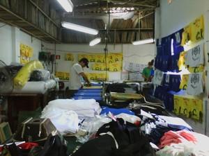 Malharias estão lotadas de encomendas 'verdes e amarelas' (Foto: Cláudio Nascimento / TV TEM)