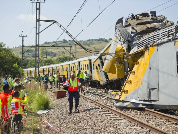 Socorristas trabalham no local de um acidente de trem perto da estação em Attridgeville (Foto: AFP PHOTO / Stringer)