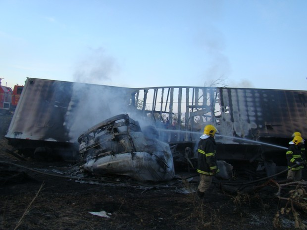 Caminhão que vinha de Teresina ficou completamente destruído. (Foto: Ellyo Teixeira/G1)
