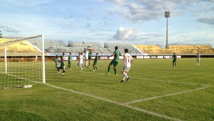 Palmas tenta atacar no campo do Gurupi (Foto: Camila Rodrigues/GloboEsporte)