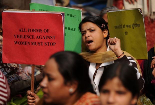 Mulheres protestam contra casos de estupro na Índia nesta terça-feira (15) (Foto: Sajjad Hussain/AFP)