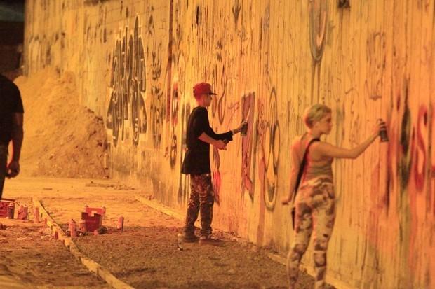 Em 2013, Justin Bieber fez pichações em muro de hotel no Rio (Foto: Delson Silva e Gabriel Reis / Agnews)