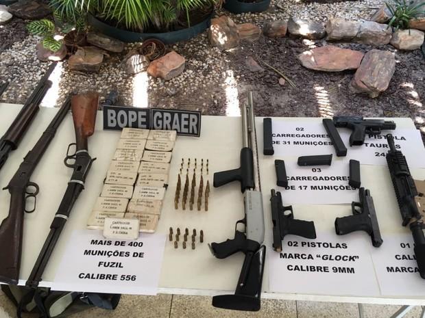 Quadrilha suspeita de tráfico é presa com R$ 40 mil e mais de 20 armas em Goiás (Foto: Divulgação/PM)