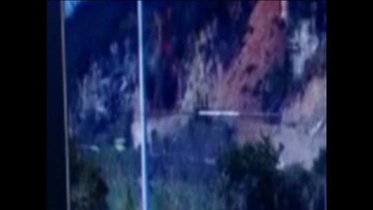 Vídeo mostra ônibus escapando por pouco de ser soterrado em estrada