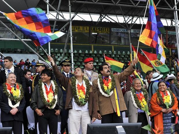Da esquerda para a direita, presidentes Raul Castro (Cuba), Evo Morales (Bolívia), Rafael Correa (Equador), Nicolas Maduro (Venezuela), Salvador Sanchez Ceren (El Salvador) e a ganhadora do Nobel da Paz Rigoberta Menchu participam de cerimônia que antecedeu abertura da Cúpula G77+China neste sábado (Foto: AFP Photo/Aizar Raldes)