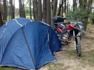 """O casal se surpreendeu com a hospitalidade dos uruguaios. """"Enquanto eu tentava levantar acampamento, um uruguaio se ofereceu para montá-la"""", conta Wilson (Foto: Wilson da Silva Alves/VC no G1)"""